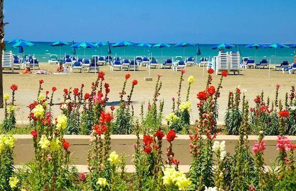 Finikoudes Beach, пляж Кипра с белым песком
